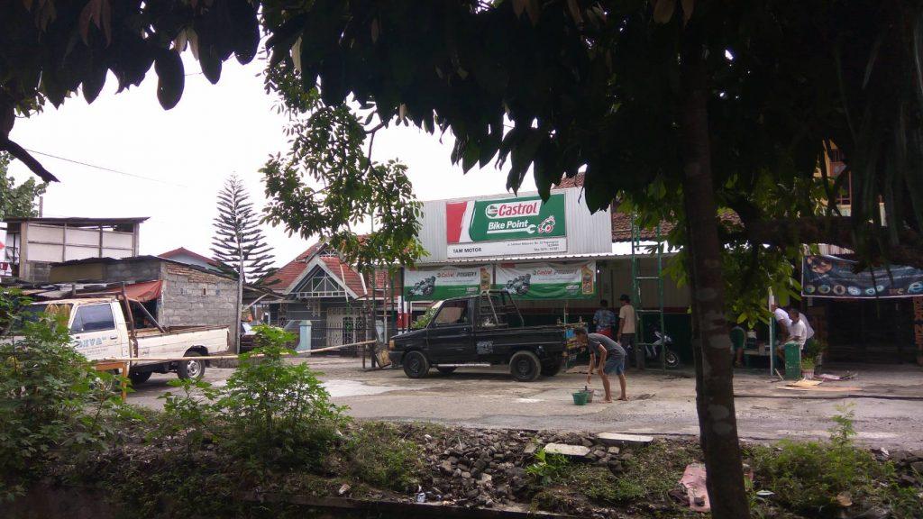 Berkah Hujan : Warga Gotong Royong Perbaiki Jalan